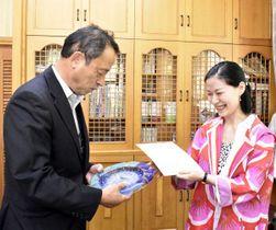 花本町長(左)に表彰状と記念の皿を手渡す坂野理事長=上勝町役場
