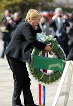 平和祈念像前に花輪をささげるミチェル・バチェレ大統領=長崎市、平和公園