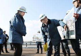 築地市場を訪問し、環状2号線の工事の進捗状況を視察する東京都の小池百合子知事(左)=17日午前、東京都中央区