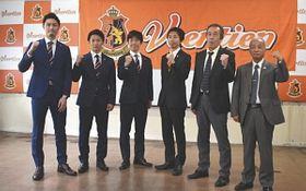 新チームでの活躍を意気込む溝口選手(左)ら=桑名市和泉のヴィアティン三重クラブハウスで