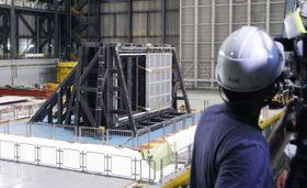 報道陣に公開された、日本原子力発電東海第2原発の設備の耐震性を調べる実験=21日午前、兵庫県三木市