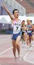 少年男子B3000メートル 後続の猛追をかわし優勝した藤宮(佐藤将史撮影)
