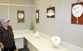 小豆島の風景を描いた扇子やうちわが並ぶ作品展=土庄町、オリーブの島郵便局