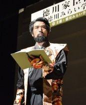 動きのある朗読で鉄舟の物語を語る奥野晃士さん=16日午後、静岡市葵区