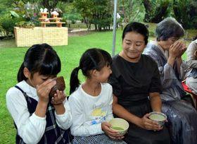日本庭園で日本茶を楽しむ親子