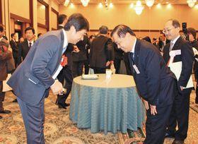 会合で、大井川和彦知事(左)にあいさつする原電の村松衛社長=水戸市で