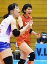 NEC-岡山 チームの中心として勝利に貢献したNECの古賀紗理那(右)=佐賀市のSAGAサンライズパーク総合体育館