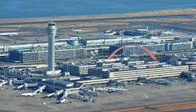 羽田空港の第1ターミナル(手前)と第2ターミナル(奥)=東京都大田区(共同通信社ヘリから)