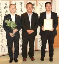 本田博文町長(左)に報告のため日出町役場を訪れたグリーンエルムの西野浩行社長(中央)ら
