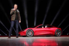 米テスラの新型車を発表するマスクCEO=2017年11月16日、米カリフォルニア州(テスラ提供・ロイター=共同)