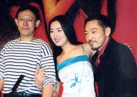 カンヌ国際映画祭で、作品について会見する姜文監督(左)と香川照之さん(右)=2000年