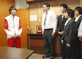 日の丸の入ったジャージーを身にまとい、母校の後輩に世界選手権の結果を報告する海野大透選手(左)=浜松市中区の浜松修学舎高校で
