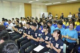 開会式に臨む、青森県2チームを含む15チームの選手たち=みちぎんドリームスタジアム