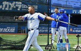 打撃練習を行うロペス。奥は筒香=横浜スタジアム