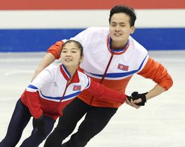 公式練習で調整する北朝鮮ペアのリョム・テオク(左)、キム・ジュシク組=台北(共同)