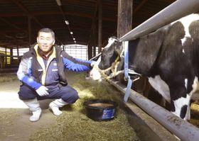 福島県葛尾村で、原乳の出荷を再開した佐久間哲次さん=11日午前