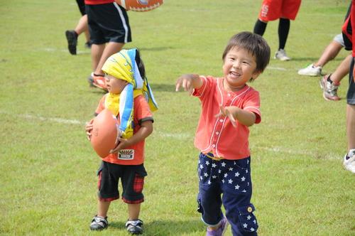 ハーフタイムにキャッチボールを体験した子どもたち=撮影:Yohei kondo、7日、福井県立大学