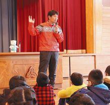児童たちにフェアプレーの大切さを説く福田正博さん=富山市水橋東部小で