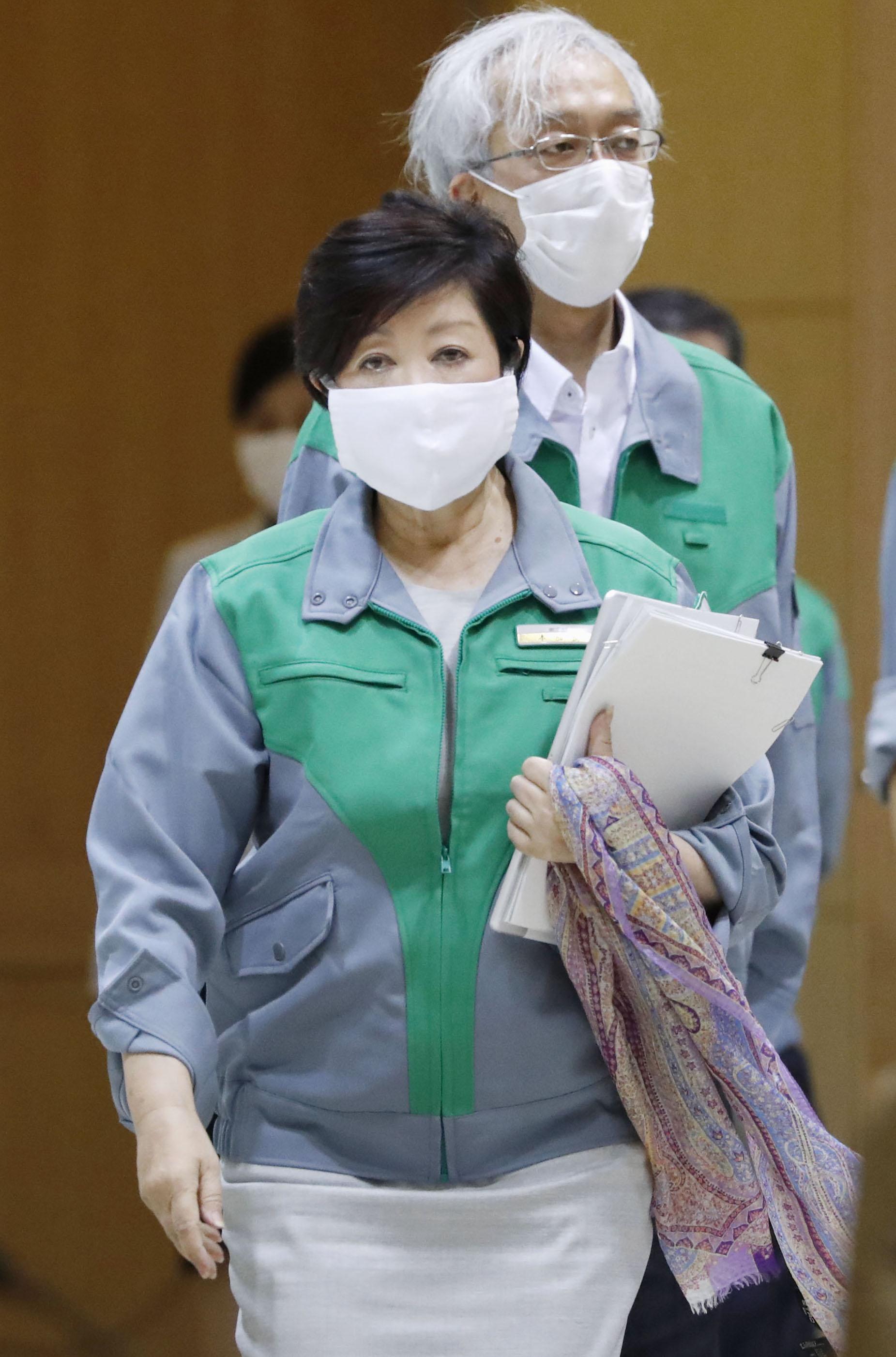 新型コロナウイルス感染症対策本部会議に臨む東京都の小池百合子知事=15日午後、東京都庁