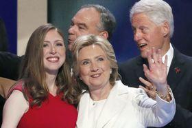 2016年7月、米フィラデルフィアでの民主党大会で大統領候補指名受諾演説を終えたクリントン氏の横に立つチェルシーさん。後列右は父親のクリントン元大統領(ロイター=共同)