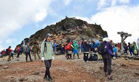 登山者でにぎわう安達太良山の山頂付近