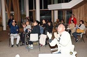 拡大する 日本代表のトライに盛り上がる市民ら=13日午後8時半ごろ、八戸市のマチニワ