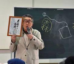 「雪まろげ」のパンフレット用に描いたイラストを紹介しながらトークを繰り広げる伊奈かっぺいさん