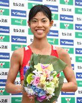 ジュニア女子3000メートル、8分52秒80で優勝し、花束を手に笑顔を見せる広中璃梨佳(撮影・中村太一)