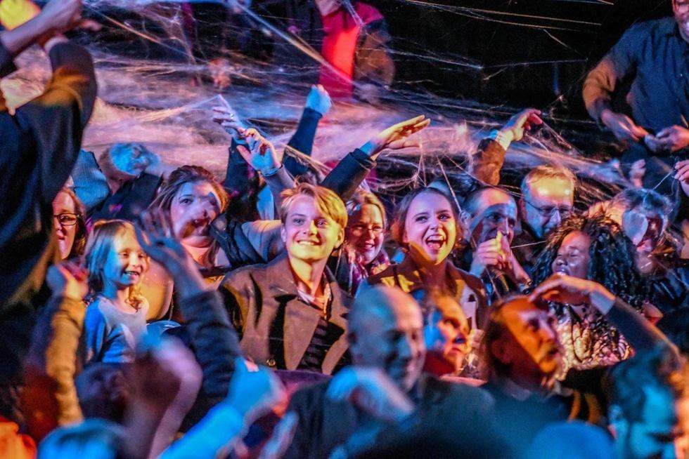 「スノーショー」では突然、クモの巣が客席を覆うシーンも。歓声を上げる子どもたち=南アフリカ・ケープタウン(撮影・中野智明、共同)