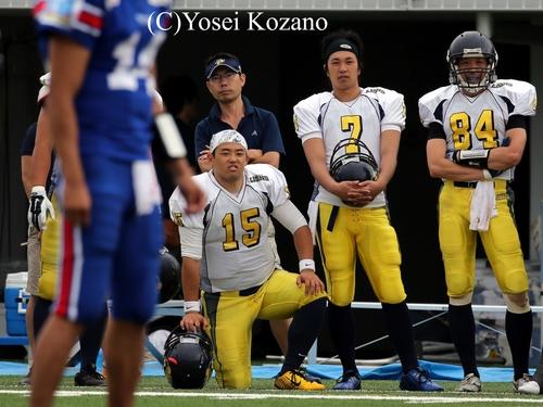 戦況を見つめるオール三菱のQB谷口(15)と斎藤(7)=撮影:Yosei Kozano