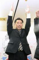茨城県ひたちなか市長選で初当選を決め、万歳する大谷明氏=18日午後10時36分、ひたちなか市