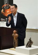 合掌土偶の国宝指定10周年を記念して講演する文化庁の原田さん