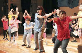 踊りを披露する、障害者らがメンバーのダンスグループ=17日午後、川崎市高津区