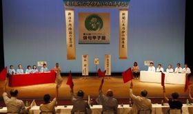 俳句甲子園決勝戦で、名古屋B(右側)から3ポイントを連取し、初優勝を決めた弘前=18日午後、松山市湊町7丁目