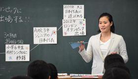 中学生に夢を持つことの大切さなどを伝える中村麻衣さん