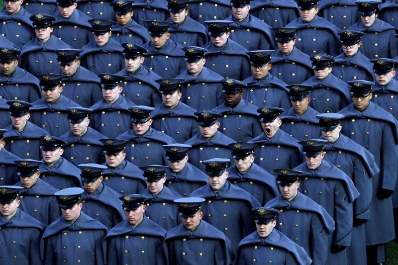 海軍士官学校との伝統の一戦の前にフィールドを行進する陸軍士官学校の学生たち(AP=共同)