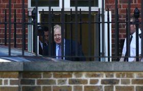 17日、ロンドンの英首相官邸を出るジョンソン首相(ロイター=共同)