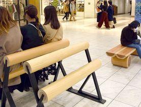 北山丸太のPRのためにポルタに設置されたベンチ(京都市下京区)