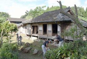 一般公開に向け、清掃する関係者=薩摩川内市入来の藤田家住宅
