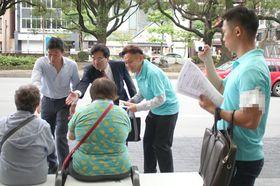 【選挙運動の様子を撮影する陣営スタッフ(右)=四日市市諏訪栄町で】