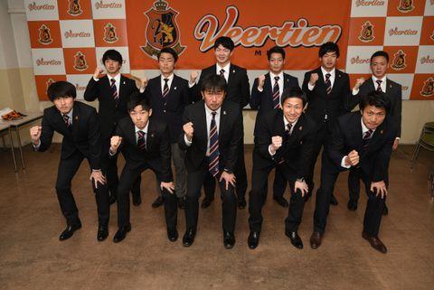 ヴィアティン三重の海津監督(前列中央)とともに記念撮影する新加入選手ら=桑名市内で
