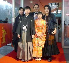 第68回ベルリン国際映画祭で上映前に笑顔を見せる(右から)内田也哉子さん、田中椿さん、富名哲也監督、田中日月さんら=17日(共同)