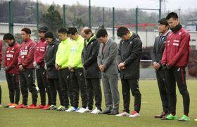 阪神大震災の犠牲者に黙とうを捧げるJ1神戸の吉田孝行監督(右から3人目)ら=17日午前、神戸市