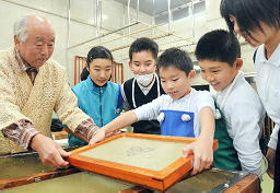 川平正男さん(左端)の指導を受け、卒業証書用の石州和紙をすく児童