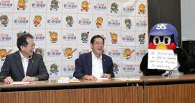 「えひめ愛・野球博」の2019年度スローガンや今後の事業展開を説明した(左から)野志克仁市長、中村時広知事、つば九郎=19日午後、東京都港区
