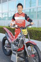 トライアル競技で7年連続9回目の年間王者となった小川さん=鈴鹿市役所で(小川さん提供)