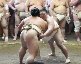 出羽海一門による連合稽古で御嶽海(左)と組み合う豪栄道=3日、東京都墨田区の出羽海部屋