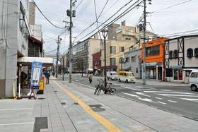 喫茶店やラーメン店、寝具店などが並ぶ古川グルメ商店街の一角。奥は県庁