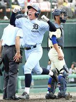高岡第一-星稜 9回表高岡第一1死二、三塁、田中の2点適時二塁打でガッツポーズしながら生還する長井=石川県立野球場