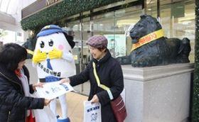 ライオン像の前で行われた広報活動=11日、新潟市中央区